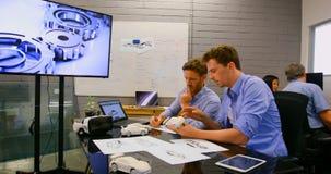 Colegas do negócio que discutem sobre o carro 4k modelo filme