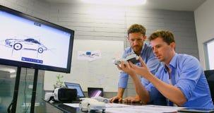 Colegas do negócio que discutem sobre o carro 4k modelo vídeos de arquivo