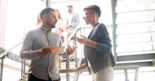 Colegas do negócio que têm a conversação durante a ruptura de café imagens de stock royalty free