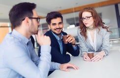 Colegas do negócio que têm a conversação durante a ruptura de café foto de stock royalty free