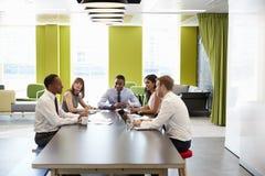 Colegas do negócio que têm uma reunião informal no trabalho imagens de stock