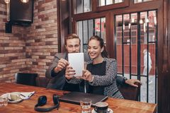 Colegas do negócio que tomam o selfie com tabuleta digital foto de stock royalty free