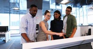 Colegas do negócio que usam a tela invisível na sala de conferências 4k vídeos de arquivo