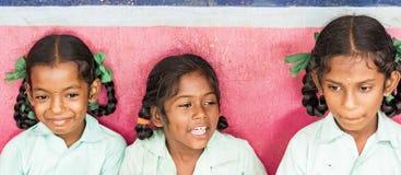 Colegas engraçados felizes das meninas dos amigos das crianças que sorriem rindo da escola Bandeira, tamanho panorâmico fotografia de stock
