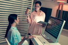 Colegas fêmeas otimistas que socializam durante a ruptura de café fotos de stock royalty free