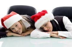 Colegas jovenes que desgastan el sombrero de la Navidad Foto de archivo libre de regalías
