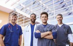 Colegas masculinos dos cuidados médicos que estão fora, baixo ângulo imagem de stock