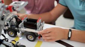 Colegas masculinos que experimentan con la mudanza de las máquinas robóticas