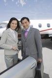 Colegas multiétnicos del negocio en el campo de aviación Foto de archivo