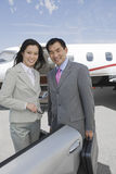Colegas multi-étnicos do negócio no aeródromo Foto de Stock