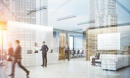 Colegas na entrada ocupada do escritório Imagem de Stock