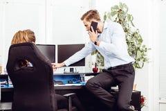 Colegas no escritório que trabalha no computador de secretária fotos de stock