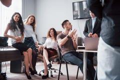 Colegas novos felizes que discutem na reunião no escritório criativo foto de stock royalty free