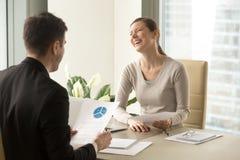 Colegas positivos felices que ríen durante la reunión, divirtiéndose en Imágenes de archivo libres de regalías