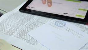 Colegas que analizan el informe de negocios anual almacen de video