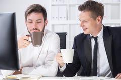 Colegas que bebem o café imagens de stock royalty free