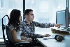 Colegas que desarrollan el software junto en oficina imagen de archivo libre de regalías