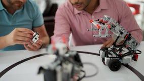 Colegas que discuten su nuevo proyecto robótico