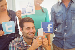 Colegas que guardam o sinal das redes sociais famosas Imagens de Stock