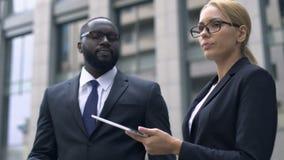Colegas que pelean en la discriminación del trabajo, racial o sexual, falta de respeto almacen de metraje de vídeo