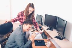 Colegas que planeiam o processo do funcionamento produtivo no escritório fotos de stock royalty free