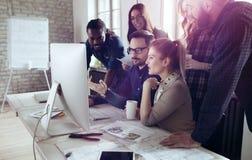 Colegas teamworking incorporados no escritório moderno Imagens de Stock Royalty Free