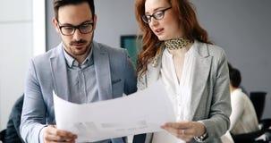 Colegas teamworking incorporados no escritório moderno Foto de Stock Royalty Free