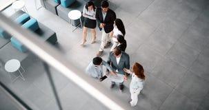 Colegas teamworking incorporados no escritório moderno Fotos de Stock Royalty Free