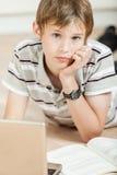 Colegial adolescente joven pensativo Imagen de archivo