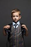 Colegial con la mochila niño divertido elegante en traje y lazo Aliste a la escuela Imágenes de archivo libres de regalías