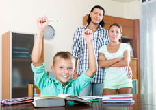 Colegial del adolescente con los padres Imágenes de archivo libres de regalías