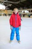 Colegial feliz en patinar sobre hielo la pista Imágenes de archivo libres de regalías