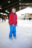Colegial feliz en patinar sobre hielo la pista Imagen de archivo libre de regalías