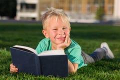 Colegial lindo con libros y una mochila Imagen de archivo libre de regalías