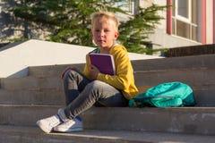 Colegial lindo con libros y una mochila Fotos de archivo