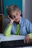 Colegial que habla en el teléfono Imagen de archivo libre de regalías