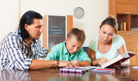 Colegial que hace la preparación con los padres Imagenes de archivo