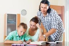 Colegial y padres que hacen la preparación junta Fotografía de archivo libre de regalías