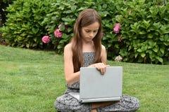 Colegiala adolescente con el cuaderno Fotografía de archivo