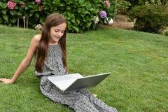 Colegiala adolescente con el cuaderno Fotos de archivo libres de regalías