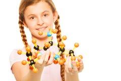 Colegiala adolescente con la estructura molecular Fotografía de archivo libre de regalías