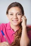 Colegiala adolescente en sala de clase Fotos de archivo