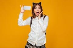 Colegiala adolescente joven chocada en uniforme Fotografía de archivo libre de regalías