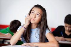 Colegiala adolescente pensativa que mira durante Fotos de archivo libres de regalías