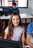 Colegiala adolescente que se sienta en laboratorio del ordenador Fotos de archivo libres de regalías