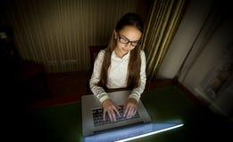 Colegiala adolescente que trabaja con el ordenador portátil en la última tarde Imágenes de archivo libres de regalías