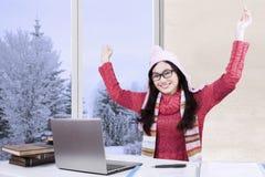 Colegiala alegre con el suéter y el ordenador portátil Imágenes de archivo libres de regalías