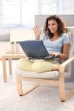 Colegiala atractiva que usa la computadora portátil en el país que sonríe Foto de archivo