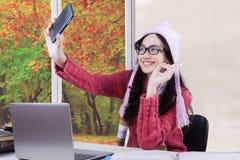 Colegiala bonita con el suéter que toma el selfie Imágenes de archivo libres de regalías