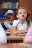 Colegiala bonita en sala de clase. Foto de archivo